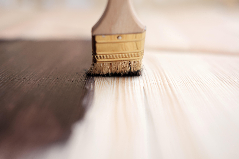 Bejca, wosk czy lakier do drewna - czym wykończyć podłogę? Poradnik