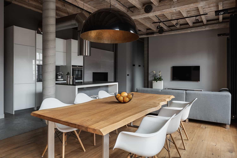 Drewniany blat do stołu kuchennego zrobiony z desek