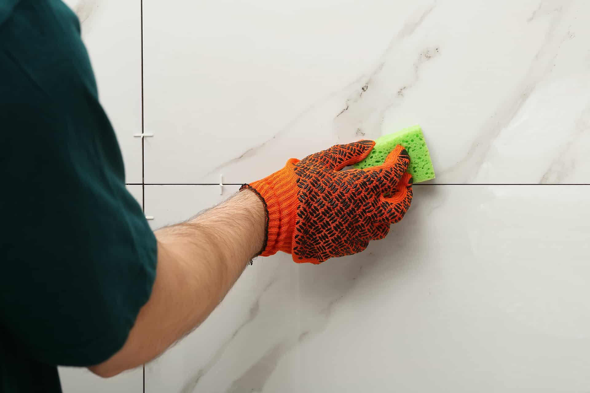 Czyszczenie fug gąbką do mycia naczyń