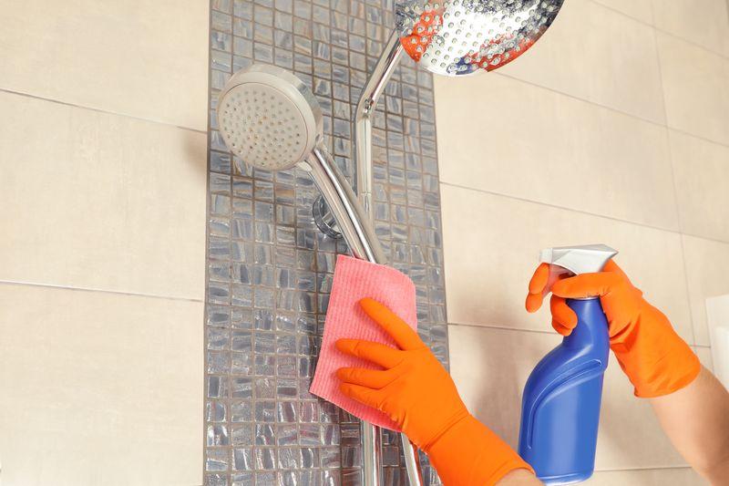 Czyszczenie, impregnacja kabiny prysznicowej i usuwanie z niej osadów