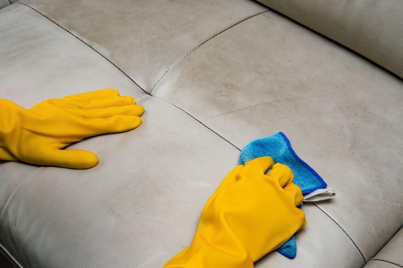Jak wyczyścić kanapę materiałową lub skórzaną? Poradnik