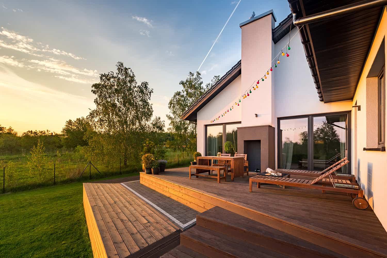 Drewno na tarasie i w ogrodzie - nowoczesna aranżacja