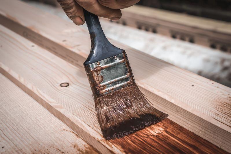 Jaki olej do drewna na zewnątrz i do tarasów wybrać? Poradnik