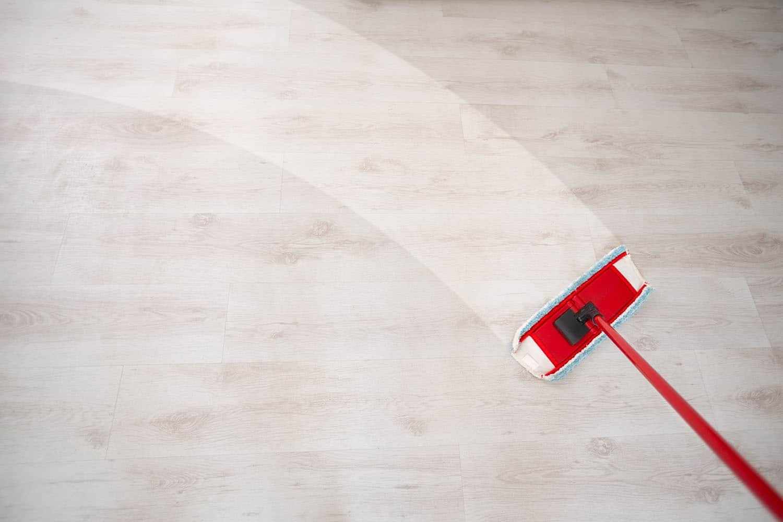 Jak i czym odtłuścić szyby, meble i płytki podłogowe w domu? Poradnik