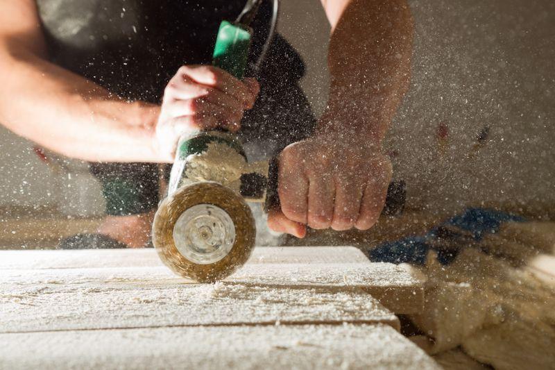 Postarzanie drewna - szczotkowanie (metoda mechaniczna)