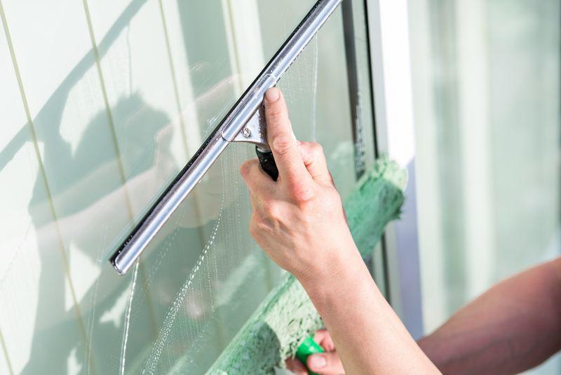 Smugi na oknach, panelach i lustrze - jak im zapobiec? Poradnik