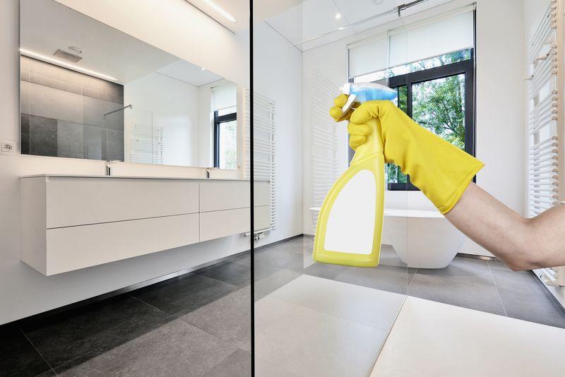 Procedura sprzątania łazienki w hotelu krok po kroku
