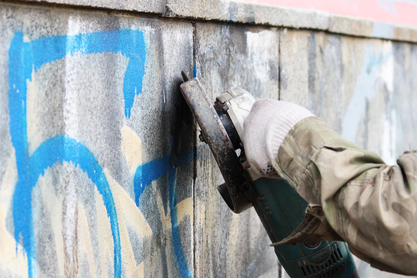 Czym zmyć graffiti? Przegląd profesjonalnych środków